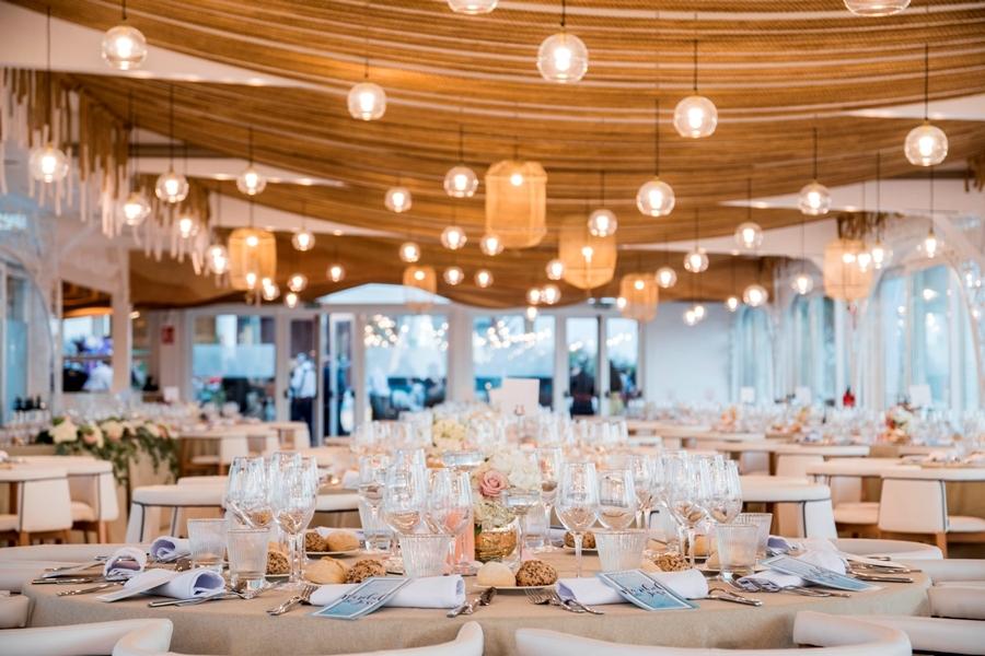 Salón preparado para banquete de boda