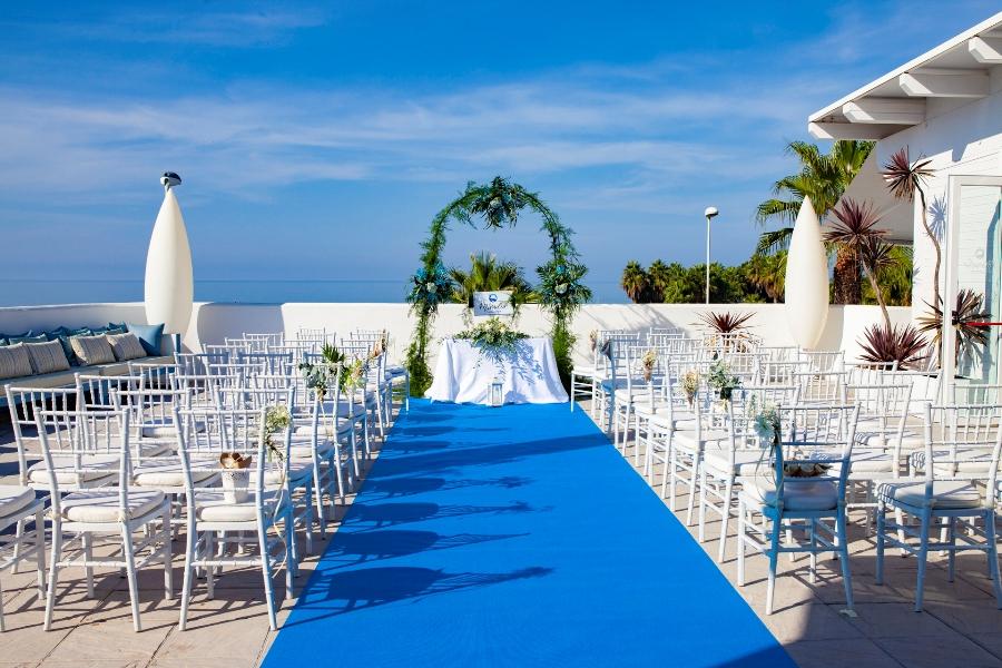 Montaje de boda civil frente al mar
